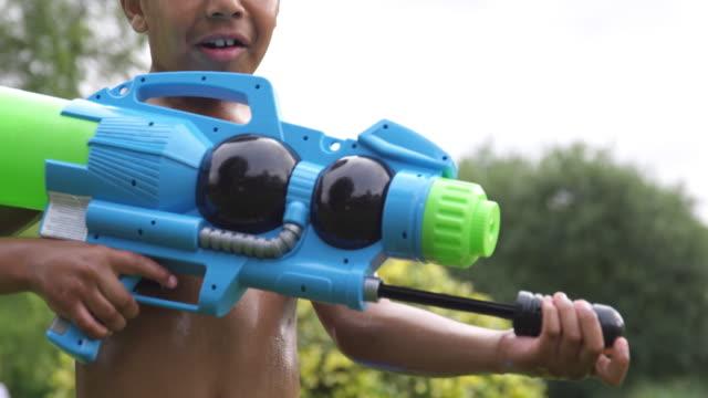 boy with water gun - 水鉄砲点の映像素材/bロール