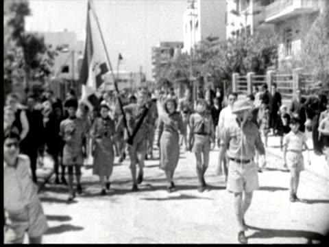 b/w  boys and girls scout at street, palestine / audio - gemeinsam gehen stock-videos und b-roll-filmmaterial