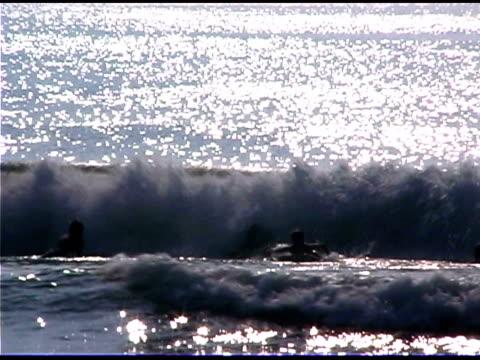 boys bodyboarding in ocean - 男児のみ点の映像素材/bロール