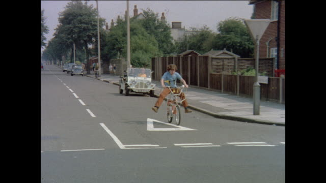 vidéos et rushes de montage boys continue bicycle competition in round three / united kingdom - 1971