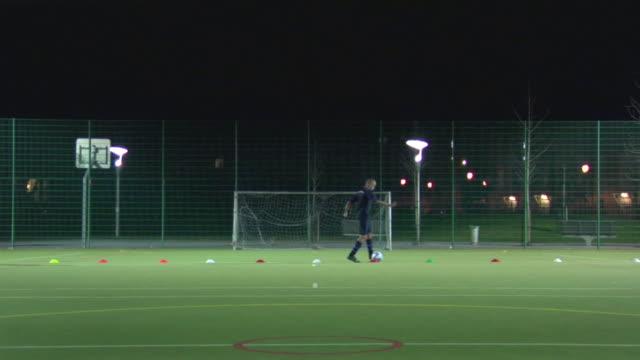 vidéos et rushes de ws boys (14-15) dribbling ball through cones, london, uk - entraînement sportif