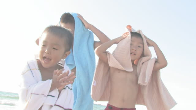 boys drying themselves with towels - タオル点の映像素材/bロール
