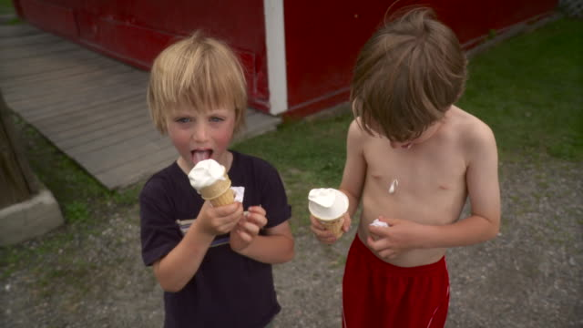 MS TD Boys (4-7) eating ice cream cone / Stowe, Vermont, USA