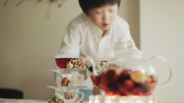 vídeos y material grabado en eventos de stock de boys enjoying snack time - pausa del café