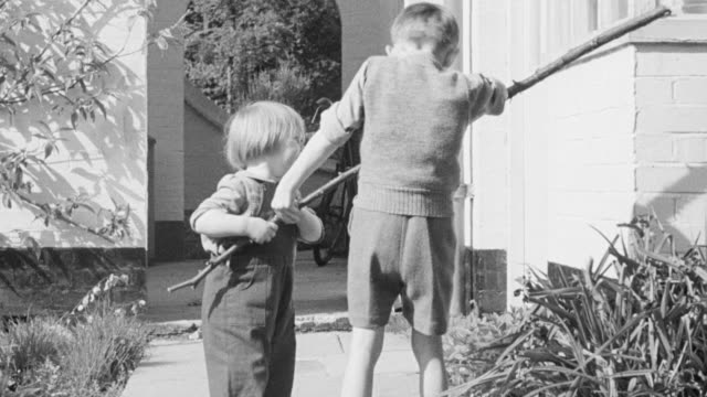 vidéos et rushes de 1947 ws boys fighting over branch / united kingdom - se battre