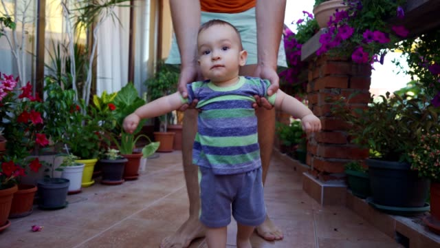 boy's first steps - primi passi video stock e b–roll