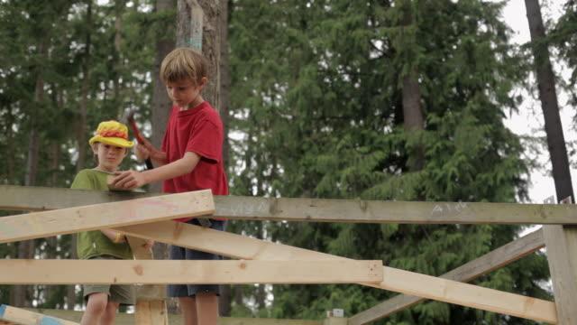 vídeos de stock, filmes e b-roll de  la boys hammering post / vancouver, british columbia, canada - treehouse