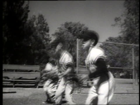 vidéos et rushes de b/w boys in uniforms practicing catching / baseball / sacramento / sound - casquette de baseball