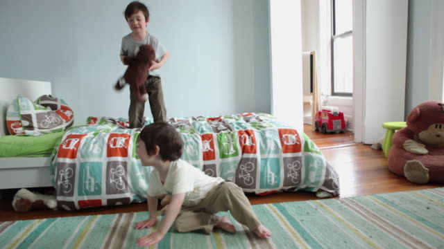 vidéos et rushes de ws boys (2-5 years) jumping on bed in bedroom / brooklyn, new york city, usa - s'amuser