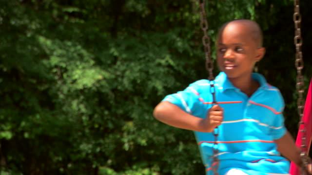 boys on a swing - この撮影のクリップをもっと見る 1278点の映像素材/bロール