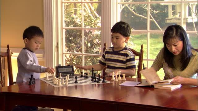 boys playing chess by mother - andere clips dieser aufnahmen anzeigen 1282 stock-videos und b-roll-filmmaterial