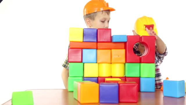 stockvideo's en b-roll-footage met boys playing with blocks - blok vorm