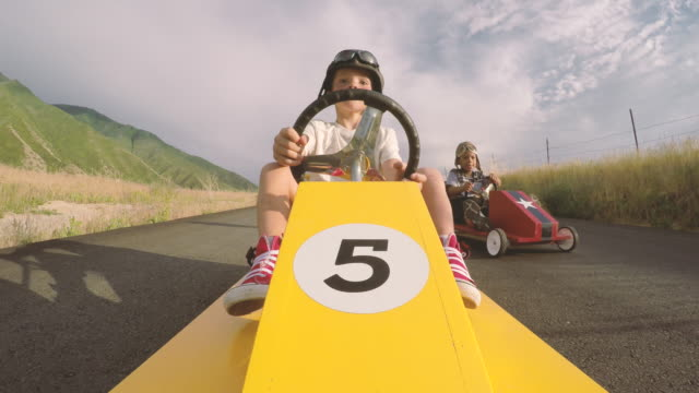 stockvideo's en b-roll-footage met jongens racing zelfgemaakte soap box raceauto's - racewagen