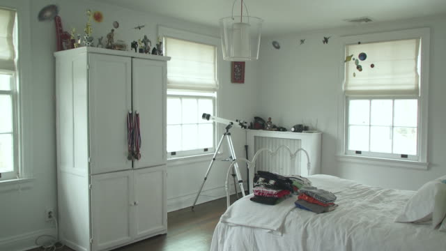 vídeos de stock, filmes e b-roll de ws boy's room with telescope at window, scarborough, new york, usa - quarto de dormir