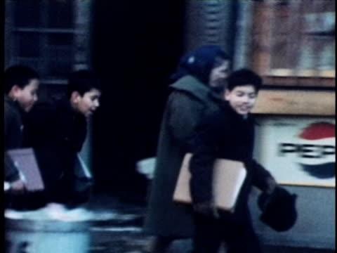 1968 montage boys running along city streets, new york city, new york, usa, audio - schulkind nur jungen stock-videos und b-roll-filmmaterial