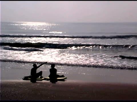 boys sitting on beach - nur jungen stock-videos und b-roll-filmmaterial