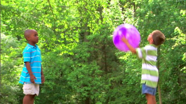 boys tossing a ball - この撮影のクリップをもっと見る 1278点の映像素材/bロール