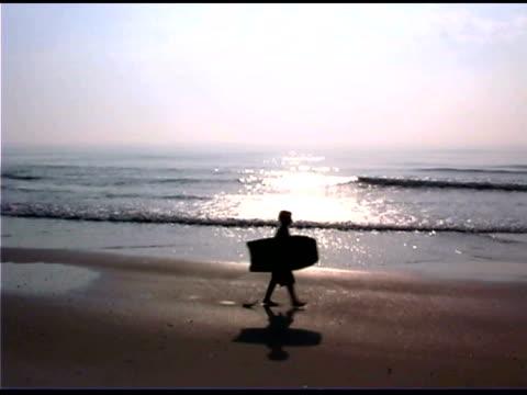 boys with body boards on beach - 男児のみ点の映像素材/bロール