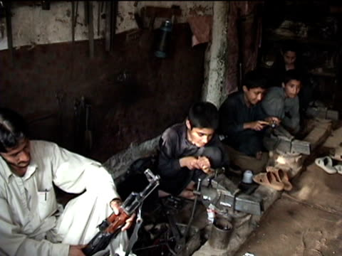 stockvideo's en b-roll-footage met ms boys working in gun making factory sakha kot in swat agency of tribal zones federally administered tribal areas pakistan audio - vuurwapenwinkel