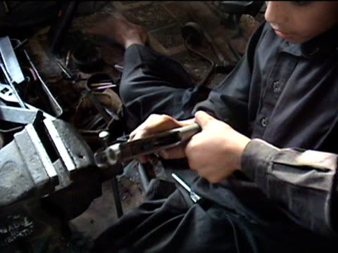 stockvideo's en b-roll-footage met cu boys working in gun making factory sakha kot in swat agency of tribal zones federally administered tribal areas pakistan audio - vuurwapenwinkel