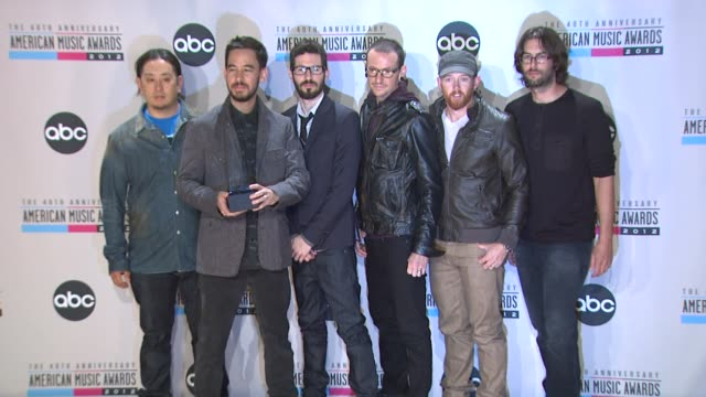 vídeos de stock, filmes e b-roll de brad delson chester bennington dave farrell joe hahn linkin park mike shinoda rob bourdon at the 40th american music awards press room on in los... - linkin park