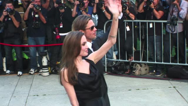vídeos de stock, filmes e b-roll de brad pitt and angelina jolie walk the red carpet at the film premier of moneyball at the 2011 toronto international film festival on september 9 2011... - brangelina casal