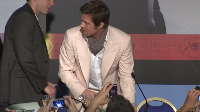 brad pitt and quentin tarantino at the cannes film festival 2009 inglourious basterds press conference arrivals at cannes - 62 ° festival internazionale del cinema di cannes video stock e b–roll