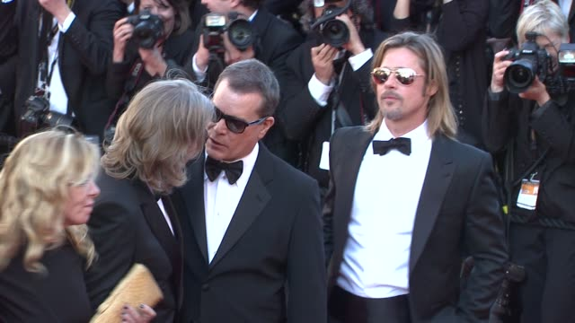 vídeos de stock, filmes e b-roll de brad pitt, andrew dominik, dede gardner, ray liotta, ben medelson and scoot mcnairy at killing them softly premiere: 65th cannes film festival on may... - gravata borboleta