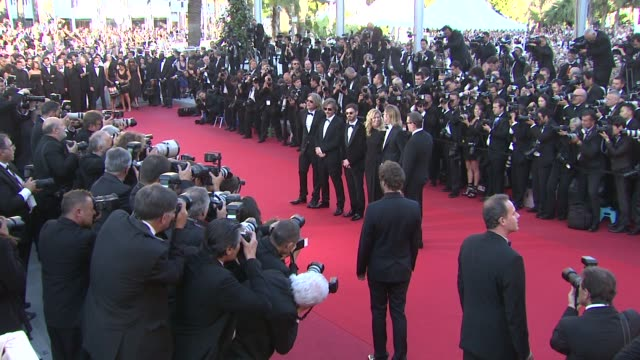 vidéos et rushes de brad pitt, andrew dominik, dede gardner, ray liotta, ben medelson and scoot mcnairy at killing them softly premiere: 65th cannes film festival on may... - noeud papillon