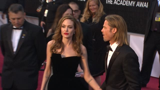 vídeos de stock, filmes e b-roll de brad pitt, angelina jolie at 84th annual academy awards - arrivals on 2/26/12 in hollywood, ca. - gravata borboleta