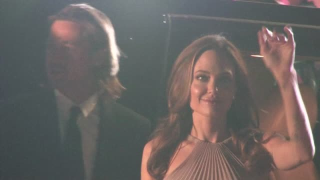 vídeos de stock, filmes e b-roll de brad pitt angelina jolie greet fans at 2012 gala awards in palm springs in celebrity sightings in palm springs - brangelina casal