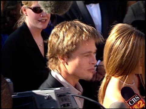 vídeos y material grabado en eventos de stock de brad pitt at the 2000 emmy awards at the shrine auditorium in los angeles california on september 10 2000 - brad pitt