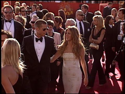 vídeos y material grabado en eventos de stock de brad pitt at the 2004 emmy awards arrival at the shrine auditorium in los angeles california on september 19 2004 - brad pitt