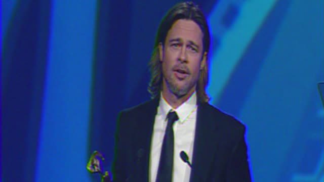 brad pitt jokes about the tree of life at the 23rd annual palm springs international film festival awards gala on in palm springs, ca. - 俳優 ブラッド・ピット点の映像素材/bロール
