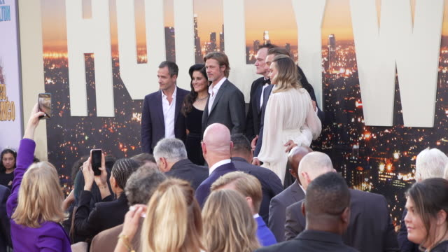 """vídeos de stock, filmes e b-roll de brad pitt, quentin tarantino, leonardo dicaprio and margot robbie at the """"once upon a time in hollywood"""" premiere at tcl chinese theatre on july 22,... - tcl chinese theatre"""