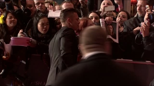 vídeos de stock e filmes b-roll de brad pitt signs autographs and poses for photos with fans at the baftas 2014 - autografar