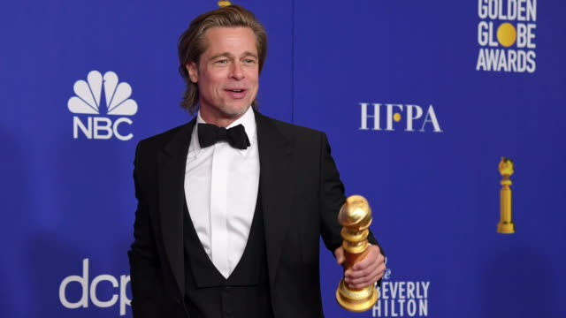 vídeos y material grabado en eventos de stock de brad pitt winner of best performance by a supporting actor in a motion picture poses in the press room during the 77th annual golden globe awards at... - the beverly hilton hotel