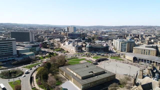 vidéos et rushes de bradford city skyline aerial view slow track - museum