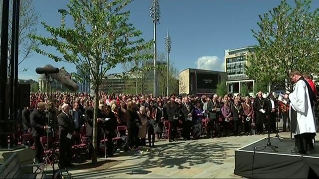 30th anniversary ceremony bradford memorial service underway lord mayor of bradford mike gibbons laying wreath - 花輪を捧げる点の映像素材/bロール