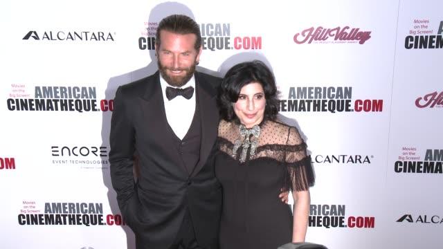 vídeos y material grabado en eventos de stock de bradley cooper sue kroll at 30th annual american cinematheque awards gala in los angeles ca - premio american cinematheque