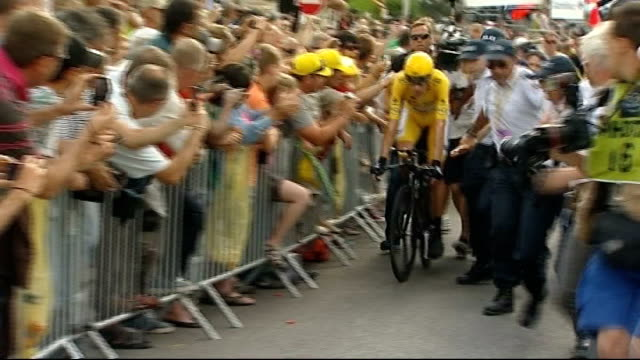 bradley wiggins arrives home after winning the tour de france 22712 paris wiggins slowly along on bike at end of race surrounded by press and fans - ツール・ド・フランス点の映像素材/bロール