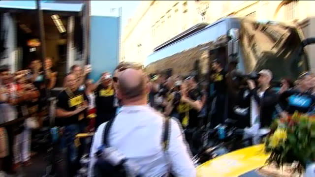 bradley wiggins becomes the first briton to win the tour de france france paris ext bradley wiggins the first briton to win the tour de france... - ツール・ド・フランス点の映像素材/bロール
