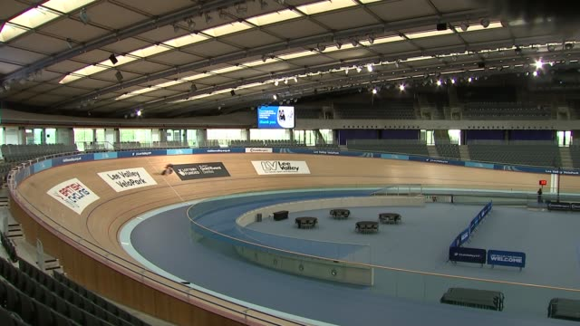 stockvideo's en b-roll-footage met bradley wiggins to attempt hour record; england: london: lee valley velo park: int shots of sir bradley wiggins training at velodrome sir bradley... - 30 seconds or greater