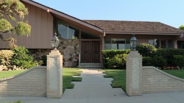 brady bunch house for sale in los angeles - 売り出し中点の映像素材/bロール