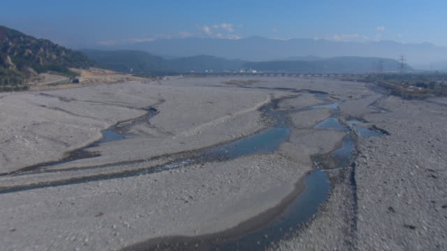 vidéos et rushes de braided river channels thread through a dry valley. - sec