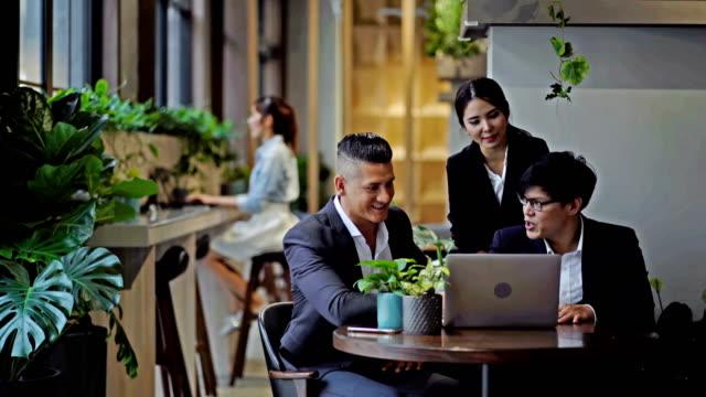 vídeos y material grabado en eventos de stock de lluvia de ideas en green office - empresa de carácter social