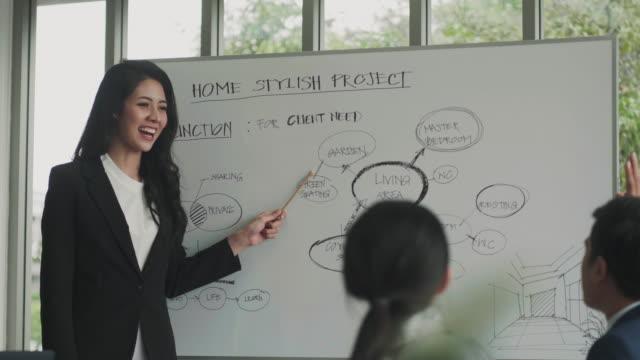 vídeos de stock, filmes e b-roll de brainstorming de oficial - trabalhadora de colarinho branco