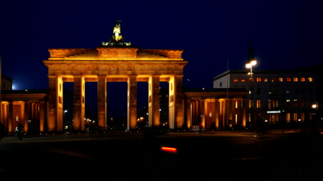 brandenburg gate at night (4k/uhd to hd) - establishing shot stock-videos und b-roll-filmmaterial