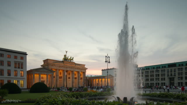 vídeos y material grabado en eventos de stock de brandenburg gate berlin at evening with fountain - fuente estructura creada por el hombre