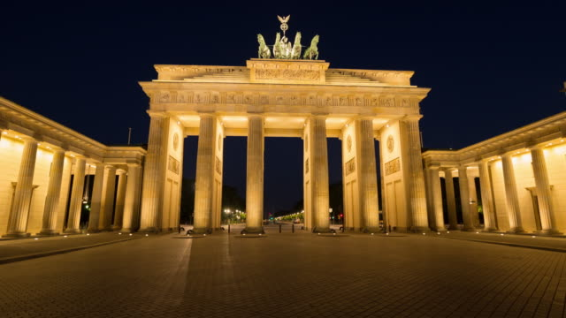 vídeos de stock e filmes b-roll de brandenburg gate berlin hyperlapse from night to day - berlim